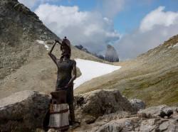Sculpture de Vulcain avec la Pierra-Menta en arrière-plan